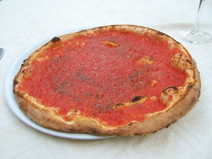 """Se """"guarnire la pizza"""" su Google ci consegna 78.800 risultati, """"farcire la pizza"""" arriva a 210.000, mentre """"condire la pizza"""" a 215.000. Tutti e tre i termini di ricerca ci restituiscono immagini simili, i risultati cambiano quando cerchiamo i tre verbi da soli: guarnire si lega alle preparazioni dolci, farcire a panettoni, focacce e tramezzini, condire si lega prima di tutto all'uso dell'olio di oliva nelle insalate. (Nell'immagine Pizza Napoletana Marinara)"""